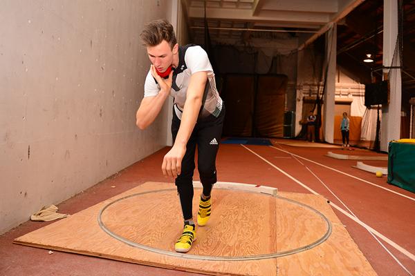 Niklas Kaul practices the shot put (Phil Johnson / TrackTown USA)