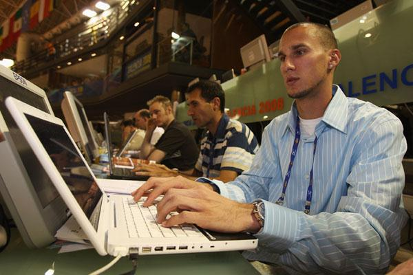 Jeremy Wariner writes a blog entry for the IAAF website (Getty Images)