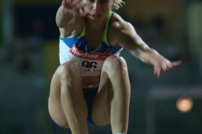 Oksana Udmurtova flies through the air in Padua (Lorenzo Sampaolo)
