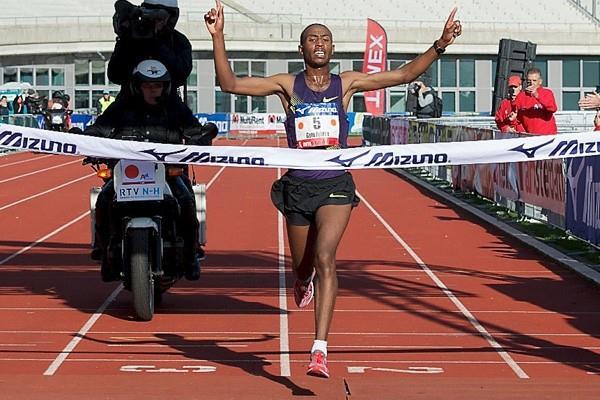 Getu Feleke sets course record 2:05:44 in 2010 Amsterdam Marathon (Orange Pictures   Karel Delvoye)