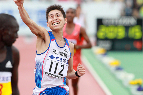 Hisanori Kitajima crosses the finish-line at the Lake Biwa Marathon (Victah Sailer)