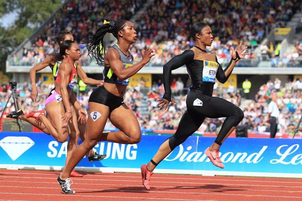 Carmelita Jeter pulling away from Shelly-Ann Fraser-Pryce in the Birmingham 100m (Jean-Pierre Durand)