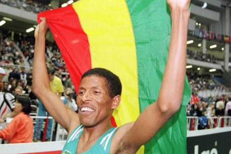 Haile Gebrselassie at the 1999 IAAF World Indoor Championships (© Allsport)