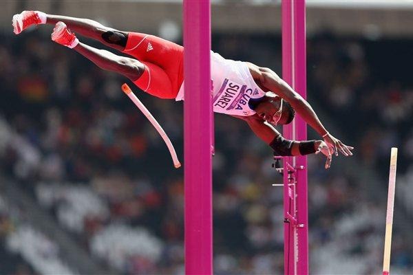 Leonel Suarez of Cuba competes in the Men's Decathlon Pole Vault  of the London 2012 Olympic Games  on August 9, 2012 (Getty Images)