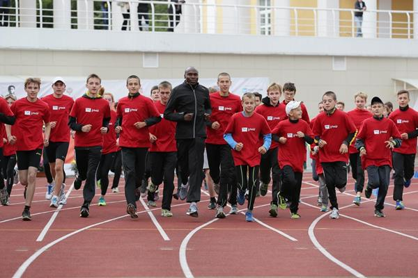 Wilson Kipketer with young Russian runners in Zhukovsky, June 2014 (Aleksander Kiselev)