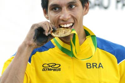 Fabio Gomes da Silva celebrates winning the South American Championships (Wander Roberto/CBAt/Divulgação)
