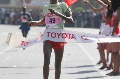 Belaynesh Fekadu en route to her surprise win at the Great Ethiopia Run in Addis Ababa (Jiro Mochizuki)