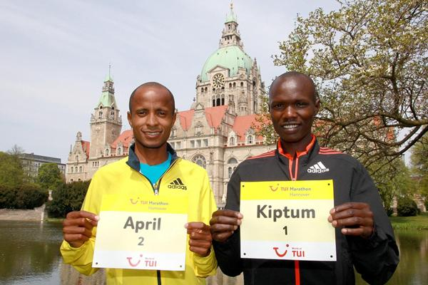 Lusapho April and Joseph Kiptum in front of the Hannover Town Hall (Victah Sailer /www.photorun.net - organisers)