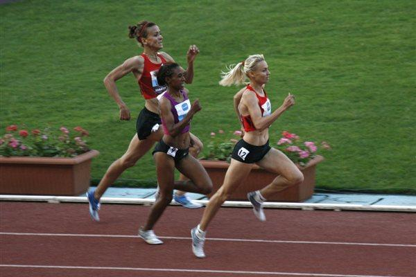 Anna Mishchenko passes Meskerem Assefa and Btissam Lakhouad en route to victory in Rabat (Bob Ramsak)