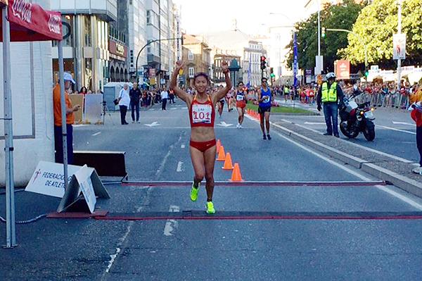 Liu Hong breaking the 20km race walk world record in La Coruna (Organisers)