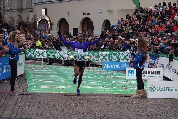 Tamirat Tola winning at the 2015 Boclassic (organisers / Roberto Passerini)