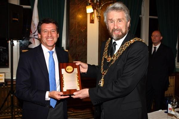 Vice-president Seb Coe presents an IAAF Plaque to The Lord Mayor of Birmingham, Councillor Michael Wilkes (Getty Images)