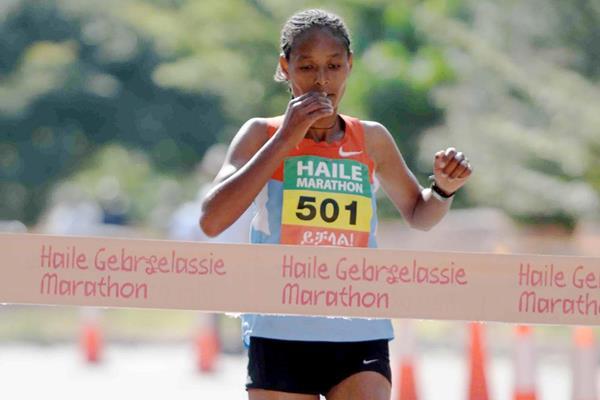 Almaz Negede wins the women's race at the 2013 Haile Gebrselassie Marathon (Jiro Mochizuki)
