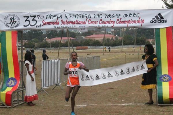 Enatnesh Alamirew winning at the 2016 Jan Meda International cross country meeting (Leoul Tadesse)