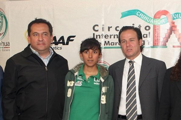 From left - Chihuahua Sports Institute director Luis Alfonso Rivera, Yanelli Caballero and Mexican Sports Minister Bernardo de la Garza (CONADE)