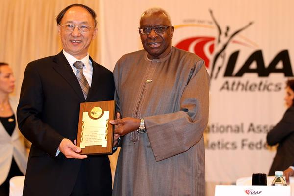 IAAF President Lamine Diack presents Chinese Sports Minister Liu Peng with an IAAF Honorary Plaque (IAAF)