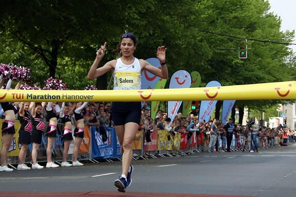 Souad Ait Salem winning at the 2014 TUI Marathon Hannover (TUI Marathon Hannover / Thomas Wenning)