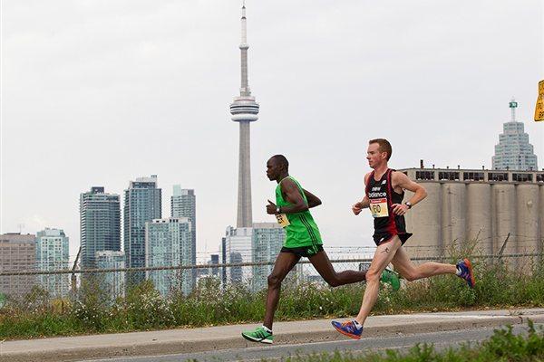 Stephen Chelimo pacing Reid Coolsaet in the 2011 Toronto Waterfront Marathon (Scotiabank Toronto Waterfront Marathon)