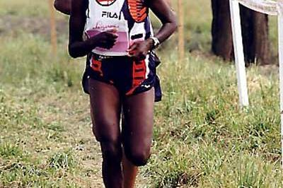 Alice Timbilil of Kenya heads the 2003 Cinque Mulini cross country race (Lorenzo Sampaolo)