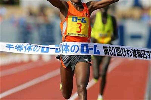 Samon Ramadhani of Tanzania wins the Lake Biwa Mainichi Marathon (Yohei Kamiyama/Agence SHOT)