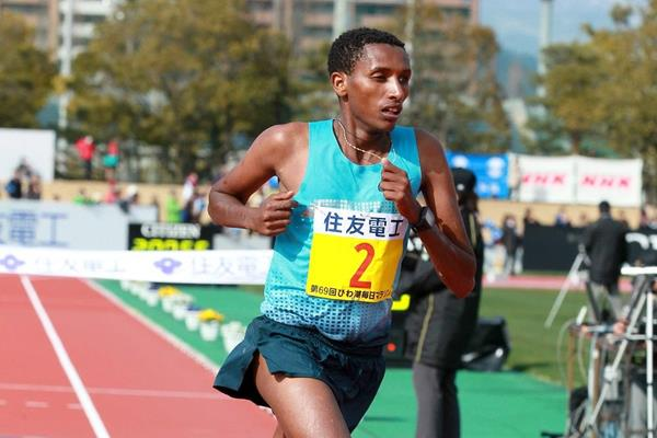 Bazu Worku winning at the 2014 Lake Biwa Marathon (Victah Sailor / organisers)