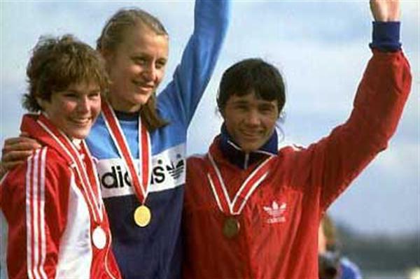 Grete Waitz (NOR) - 1983 World XC (left - Alison Wiley CAN; right Tatyana Pozdnyakova URS) (Getty Images)