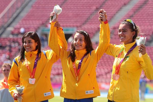 Sandra Arenas on the podium after winning the 20,000m race walk at the ODESUR Games (Oscar Muñoz Badilla)
