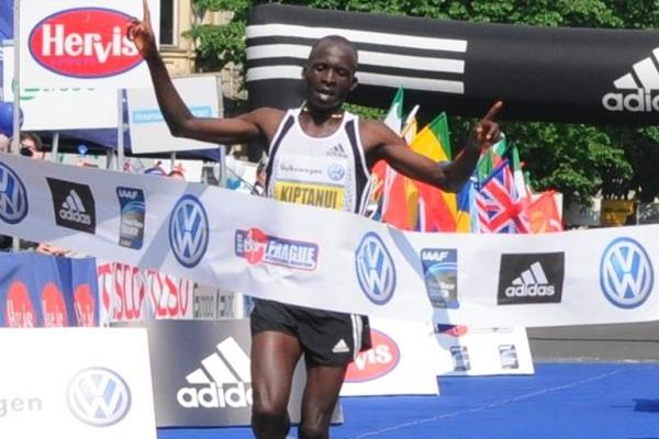 Eliud Kiptanui clocks 2:05:39 for course record at 2010 Prague Marathon (PIM Organisers)