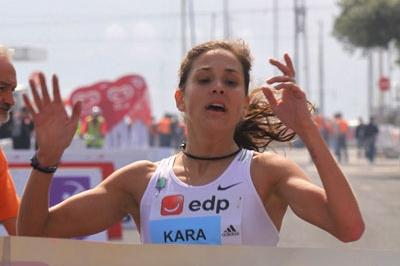 After a solo run, Kara Goucher hangs on to win the Lisbon EDP Half Marathon (Marcelino Almeida)