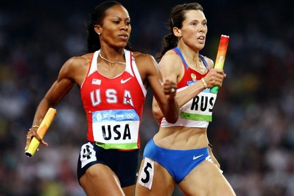 Sanya Richards passes Anastasiya Kapachinskaya in the final stages to win 4x400m gold (Getty Images)