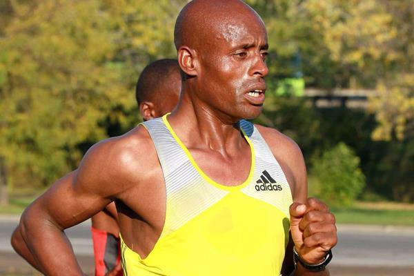 Ethiopia's Deressa Chimsa on his way to victory at the Toronto Marathon (Victah Sailer)