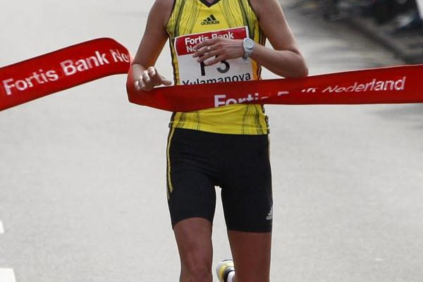 Nailya Yulamanova breaking the tape in 2009 Rotterdam Marathon (John de Pater)