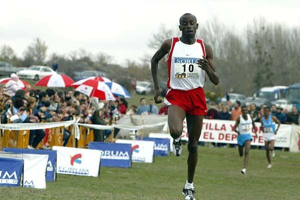 Boniface Songok en route to his win at the 2005 Soria EAA Cross (Luis Angel Jejedor)