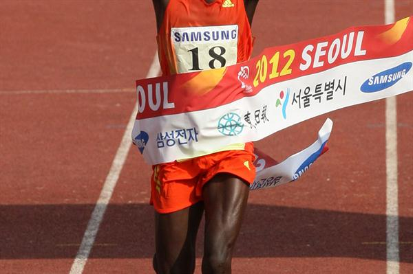 Wilson Loyanae smashes the Seoul course record with a 2:05:37 run (Organisers)