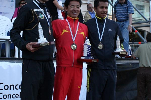 La Coruña men's podium: Runner-up Eric Tysse, winner Yafei Chu and Eder Sánchez (Luis Francisco Fiaño)