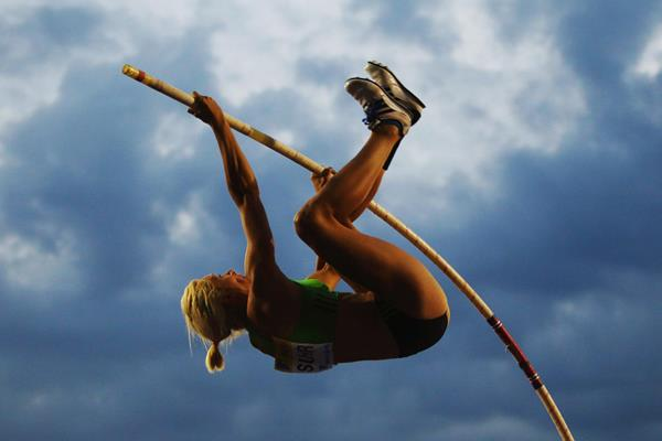 Jenn Suhr in pole vault action in London (Getty Images)