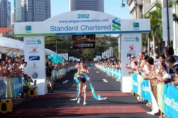 Constantina Tomescu-Dita (ROM) wins Singapore Marathon (Randy Ang)