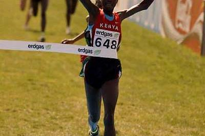 Edith Masai of Kenya crosses the finish to retain her Women's short course title (Getty Images)