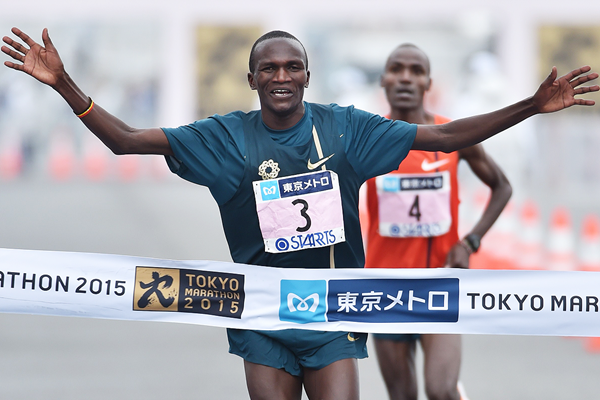 Stephen Kiprotich crosses the line at the Tokyo Marathon (AFP / Getty Images)