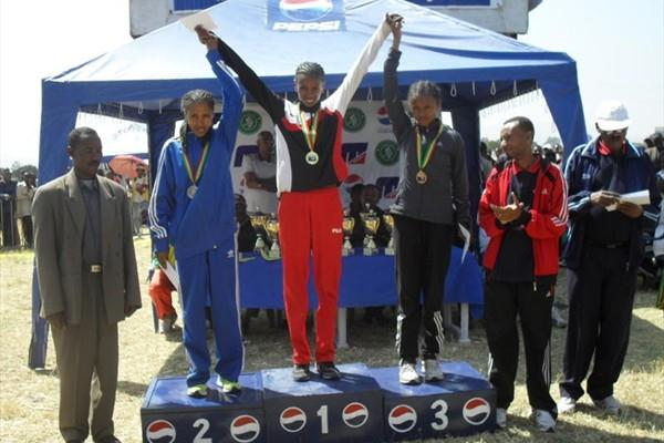 Winner Hiwot Ayalew (centre) with 2nd placed Makda Haroun (l) and third placer Tsega Gelaw (r) after 2010 Addis Ababa XC champs (Bizuayehu Wagaw)