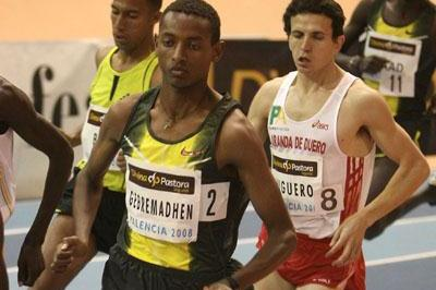 Mekonnen Gebremedhin makes his way to 1500m win in Valencia permit meeting (Julio Fontán)