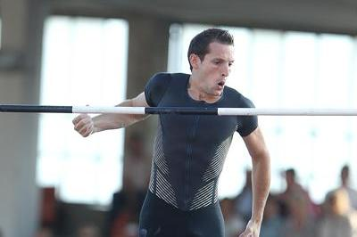 Renaud Lavillenie vaults 5.83m in Lausanne (Giancarlo Colombo)