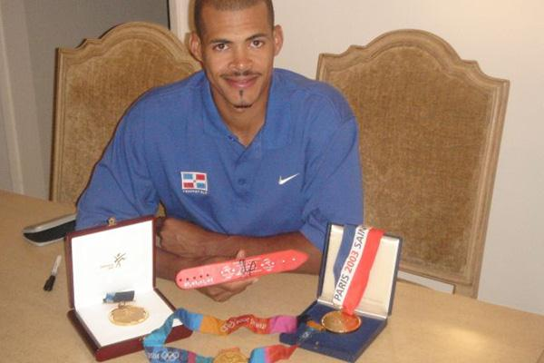 Felix Sanchez of the Dominican Republic donates his Sydney 2000 wristband to the IAAF (Felix Sanchez)