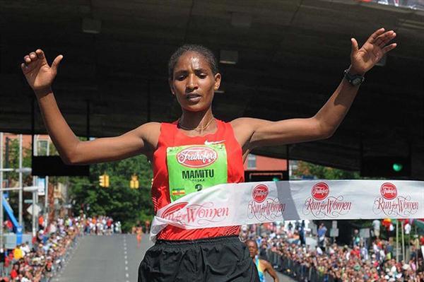 Mamitu Daska takes the 2011 edition of the Freihofer's 5K in Albany (Steve Jacobs, sjpics.com)