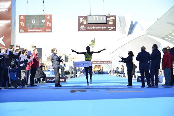 Felix Kipkemboi Keny winning the 2013 Divina Pastora Valencia Marathon (organisers)