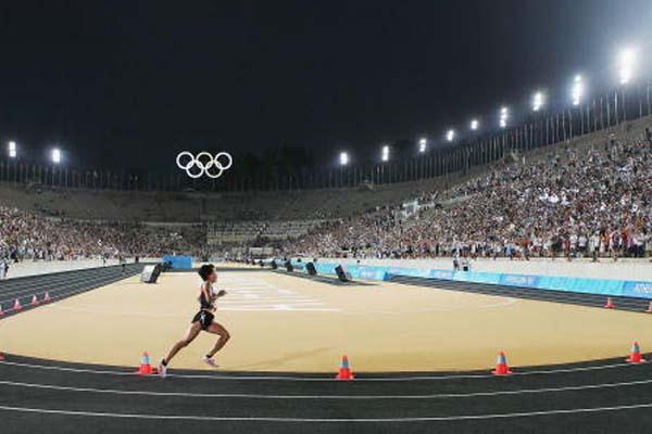 Mizuko Noguchi of Japan wins the Marathon in the Panathinaikos Stadium (Getty Images)