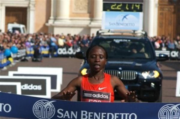 Hellen Wajiku takes a solo victory in Carpi (Lorenzo Sampaolo)