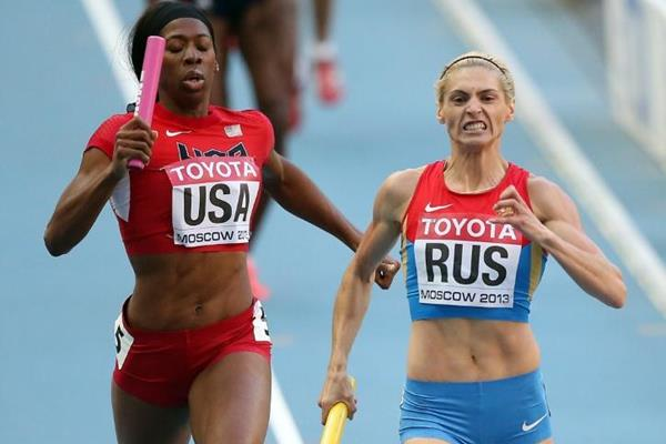 Antonina Krivoshapka and Francena McCorory in the womens 4x400m Relay at the IAAF World Athletics Championships Moscow 2013 (Getty Images)