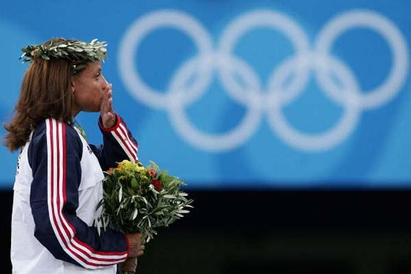 Joanna Hayes of the US receives 100m hurdles gold medal (Getty Images)