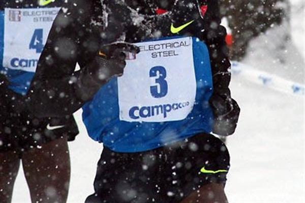 Eliud Kipchoge battles with the snow at the 2009 Campaccio XC race (Lorenzo Sampaolo)